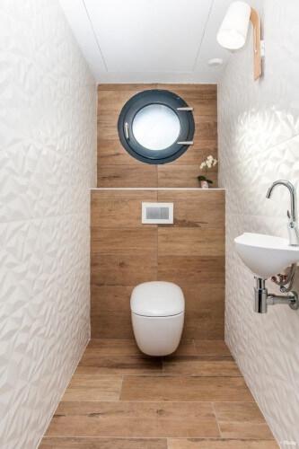 wc suspendu avec parquet